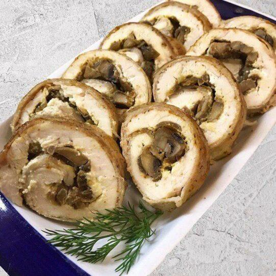 Куриный рулет с беконом и грибами