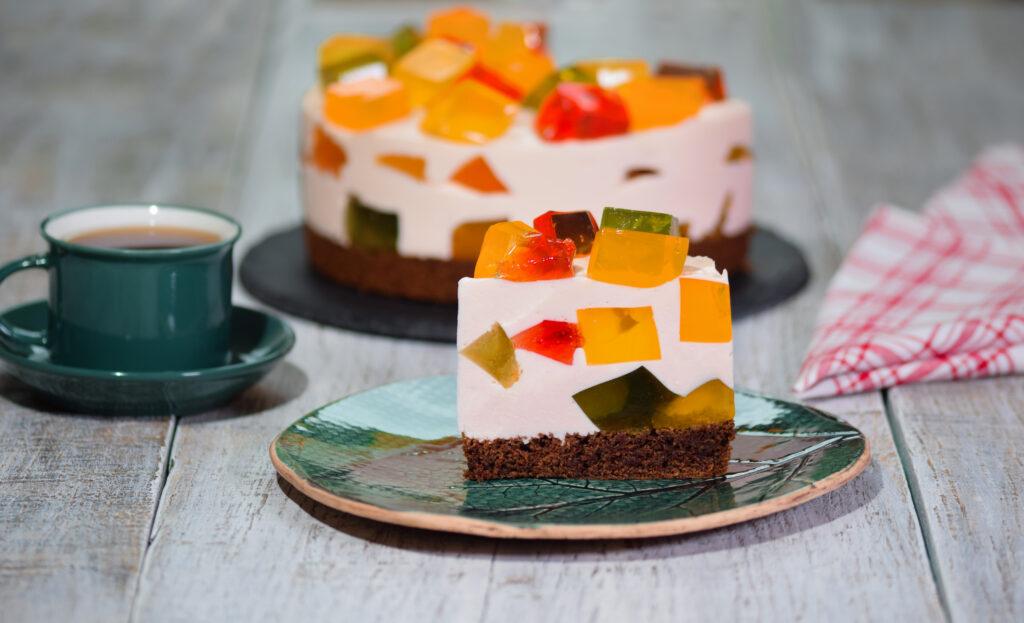 Десерт битое стекло сметана с желатином и кусочками желе
