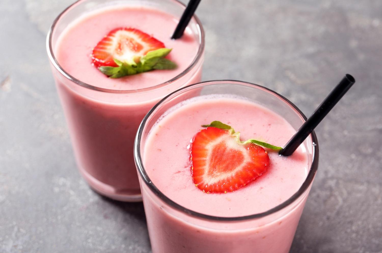 Клубничный коктейль в блендере с молоком и мороженым