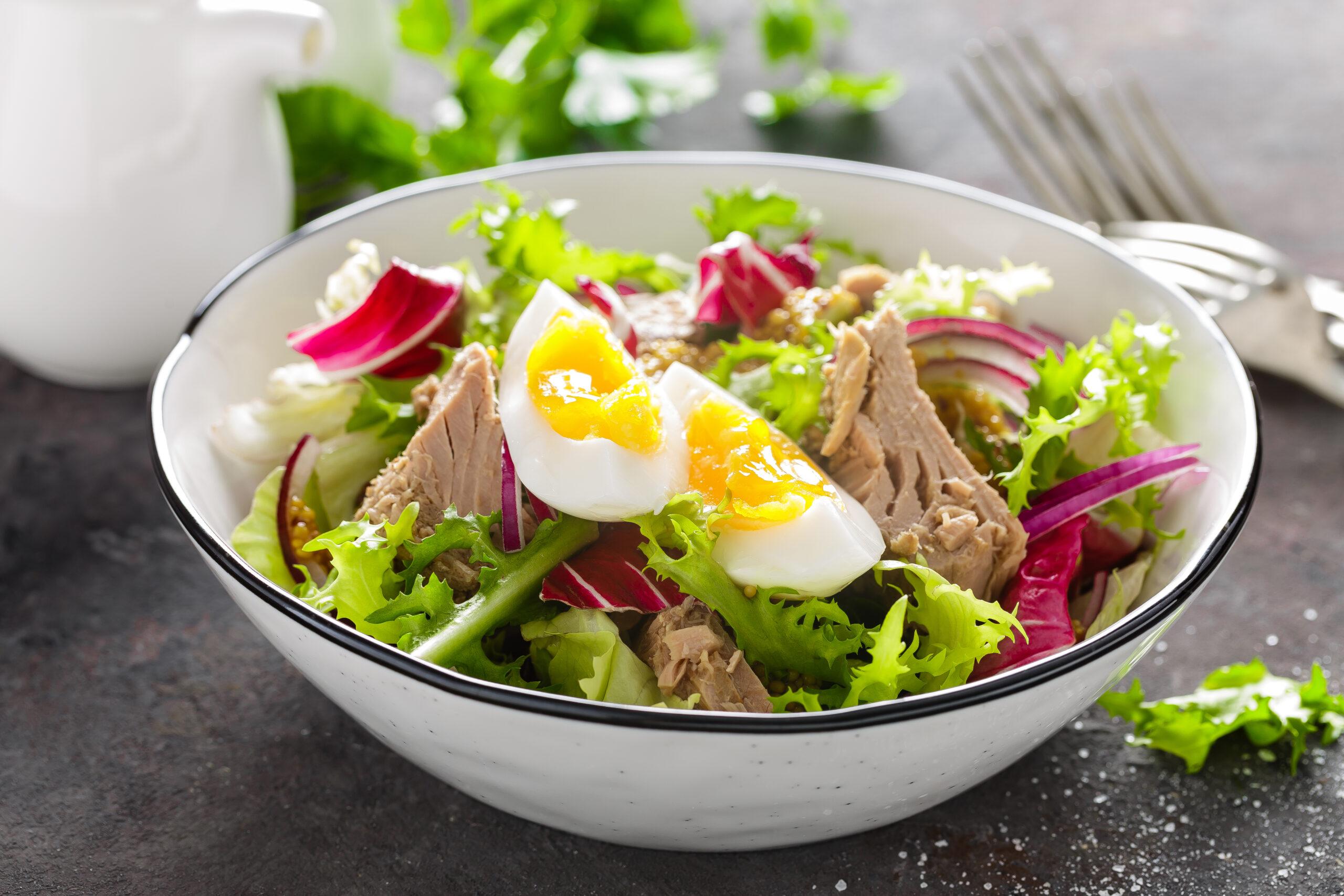 Салат с тунцом консервированным и салатом рецепт
