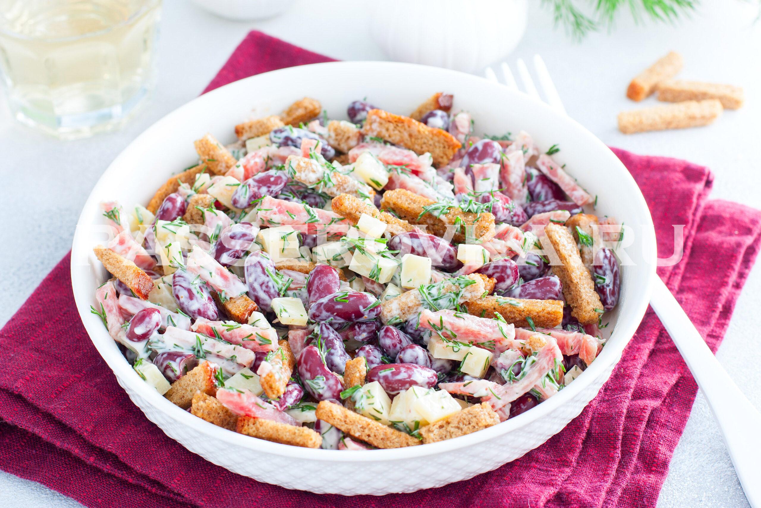 Салат с сухариками и копченой колбасой и фасолью рецепт