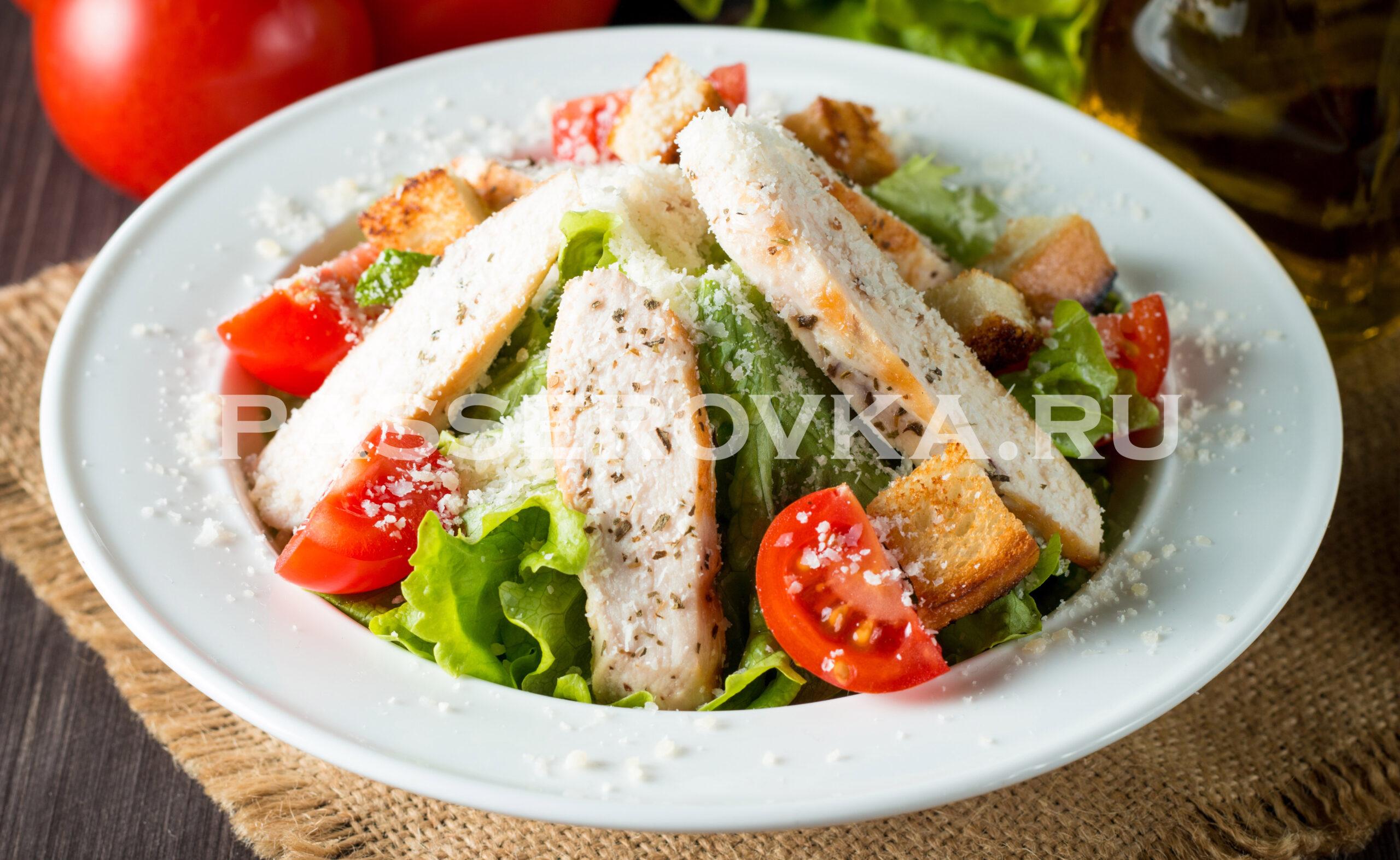 Рецепт салата цезарь с курицей и сухариками в домашних условиях